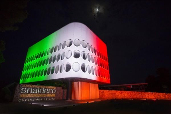 Il tricolore illumina la facciata della sede Snaidero a Majano per l'avvio della nuova fase della ripartenza