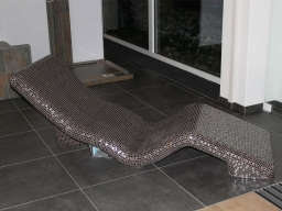 Chaise Longue in cemento rivestite da mosaico