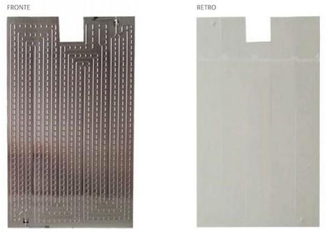 Pannello RETROFIT con adesivo - Roll Bond Retrofìt è l'innovazione dell'arte della tecnologia per il miglioramento dell'e?icienza energetica. Il Retro?t è un pannello in alluminio attraversato da canali di piccoli dimensioni, nei quali scorre del liquido con soluzione glicolata che permette la dissipazione del calore in estate (dalle celle fotovoltaiche) e recupero del calore in inverno (dalle celle fotovoltaiche). In abbinamento con le pompe di calore fungono da geotermia elio assistita con aumento considerevole del COP >4.  L'articolo comprende 3 barre di sostegno