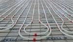 """Sistema industriale su rete - Il sistema INDUSTRIALE SU RETE, pensato appositamente per applicazioni industriali di grandi dimensioni, può essere posato direttamente sul ghiaione rullato e stabilizzato dopo opportuna impermeabilizzazione o su un eventuale strato di materiale isolante (pannelli lisci o getti isolanti). Il sistema prevede l'ancoraggio della tubazione PE-Xc diam. 20 sulla rete utilizzando apposite clip industriali. Per il riscaldamento di grandi superfici può essere utilizzata la tubazione PE-Xa diam. 25 mm abbinata a collettori in acciaio inox diametro 2""""."""