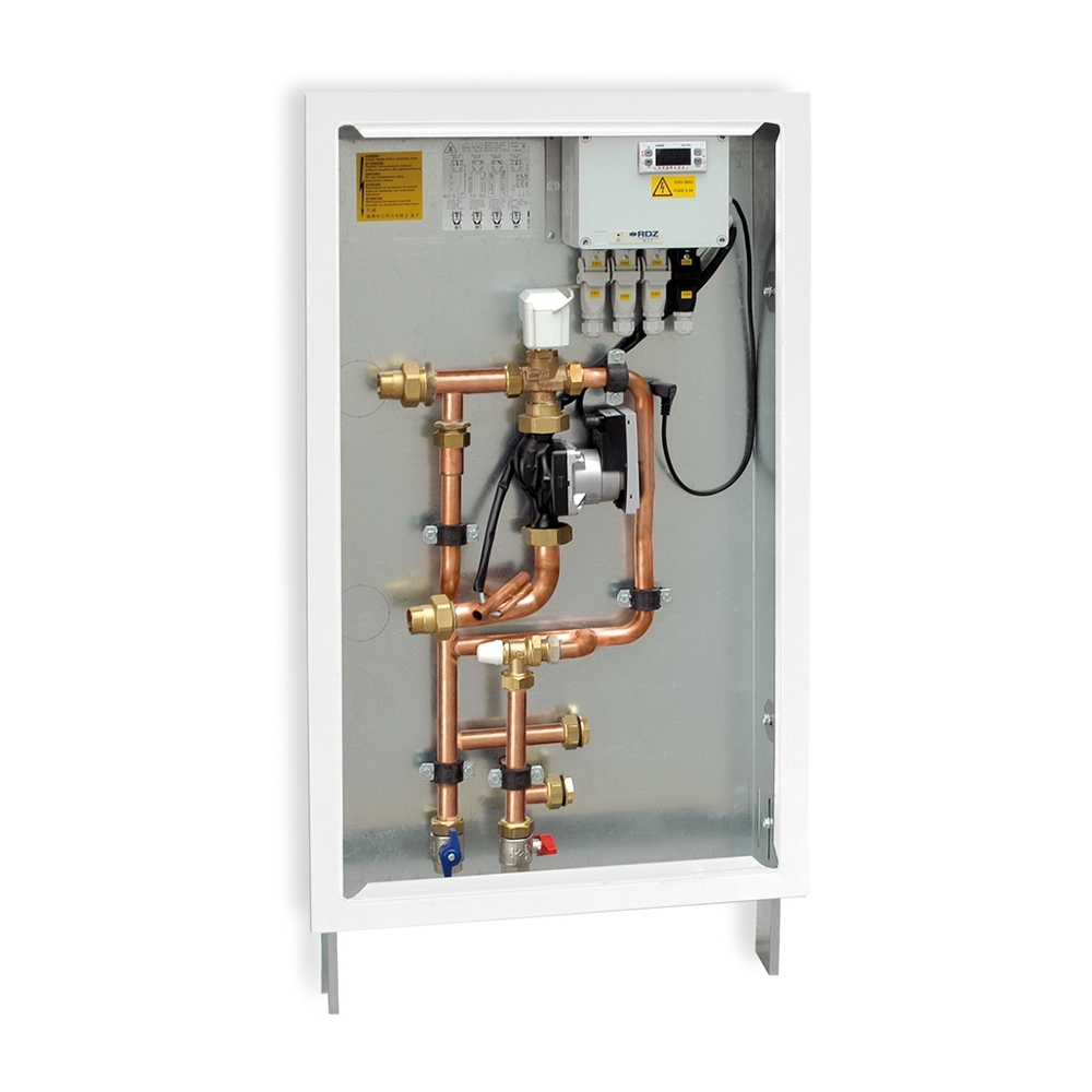 """Mini-kit di termoregolazione - I Mini-kit trovano applicazione su impianti civili con due collettori; la regolazione della temperatura di mandata viene gestita da una sola valvola miscelatrice presente all'interno dei Mini-kit e la distribuzione dell'acqua viene servita alle due zone di competenza. In questo modo, con un unico componente è possibile regolare al meglio l'impianto. I Mini-kit di RDZ sono disponibili con vari sistemi di termoregolazione: dalla semplice e affidabile termostatica a punto fisso, fino alla regolazione climatica """"caldo/ freddo"""", con compensazione ambiente e controllo dell'umidità."""""""