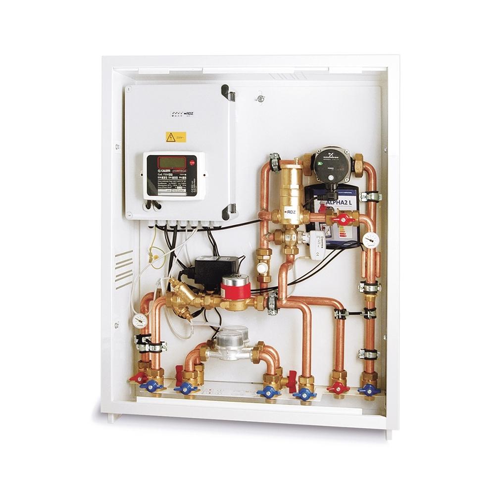 """Modulo MRC - Sistema premontato per la regolazione climatica estiva ed invernale e la contabilizzazione per impianti radianti a pavimento in edifici con produzione centralizzata dell'energia. Il sistema impianto prevede la produzione centralizzata dell'energia per il riscaldamento e il raffrescamento e provvede alla distribuzione idraulica ai singoli alloggi. All'ingresso di ogni abitazione è previsto un Modulo MRC che distribuisce, gestisce e contabilizza. In un locale tecnico comune viene ubicata la centralina """"Master"""" che controlla i componenti della centrale e interagisce con le singole centraline di ogni modulo MRC. La centralina """"Master"""" è corredata di sonda esterna, sonda di mandata e interfaccia utente; comanda i generatori di energia estiva ed invernale e gestisce la temperatura generale di mandata e la pompa di centrale."""