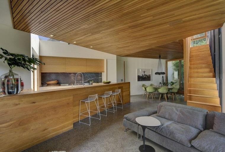 155.Legno interior_spazio living con interno scala