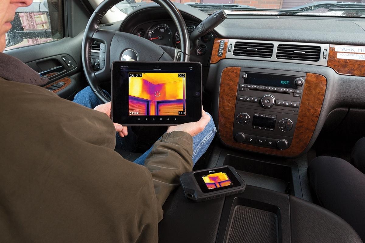 FLIR C3 - FLIR C3 è il tuo strumento diagnostico, per ispezioni edili, manutenzione di impianti, sistemi di condizionamento, o riparazioni elettriche. Questa termocamera ha una forma sottile, per portarla facilmente in tasca e averla sempre pronta all'uso, ovunque. Il suo touchscreen integrato è intuitivo e facile da utilizzare, per essere immediatamente operativo e individuare problemi non visibili a occhio nudo, documentare le riparazioni e condividere le immagini via Wi-Fi.