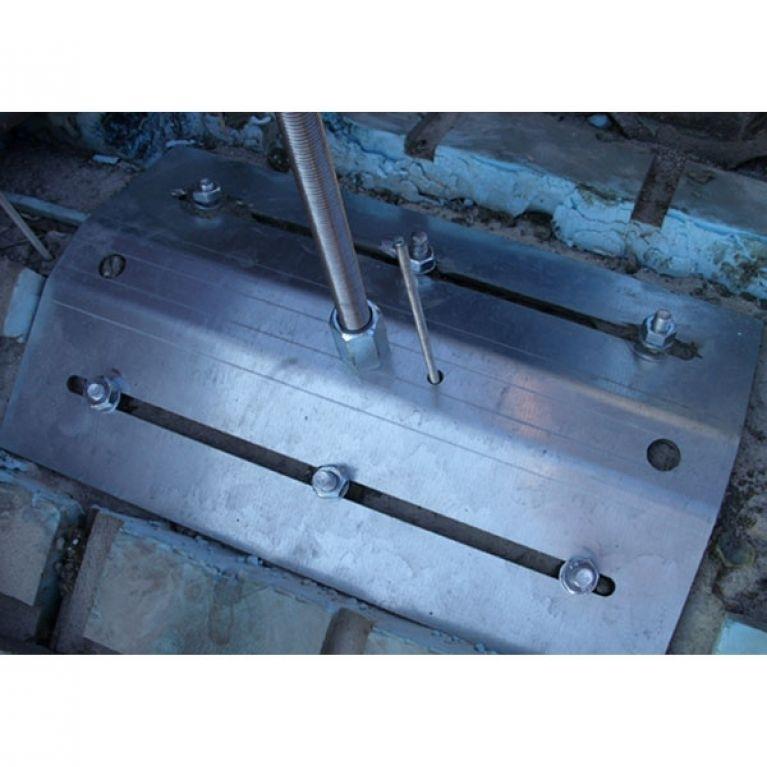 ANCORAGGIO PER LEGNO O CEMENTO MOD. CROWN - L'ancoraggio modello Crown è un ancoraggio strutturale in acciaio inox ed alluminio aeronautico, installabile singolarmente o quale elemento di una serie che, abbinata alla fune Gairon, da luogo alla Linea Vita. Tale Sistema è stato concepito per permettere agli operatori di lavorare in sicurezza sulle coperture latero/cementizie, in cemento armato o lignee. Tutti i prodotti sopra menzionati sono componenti brevettati Gamba Safety.