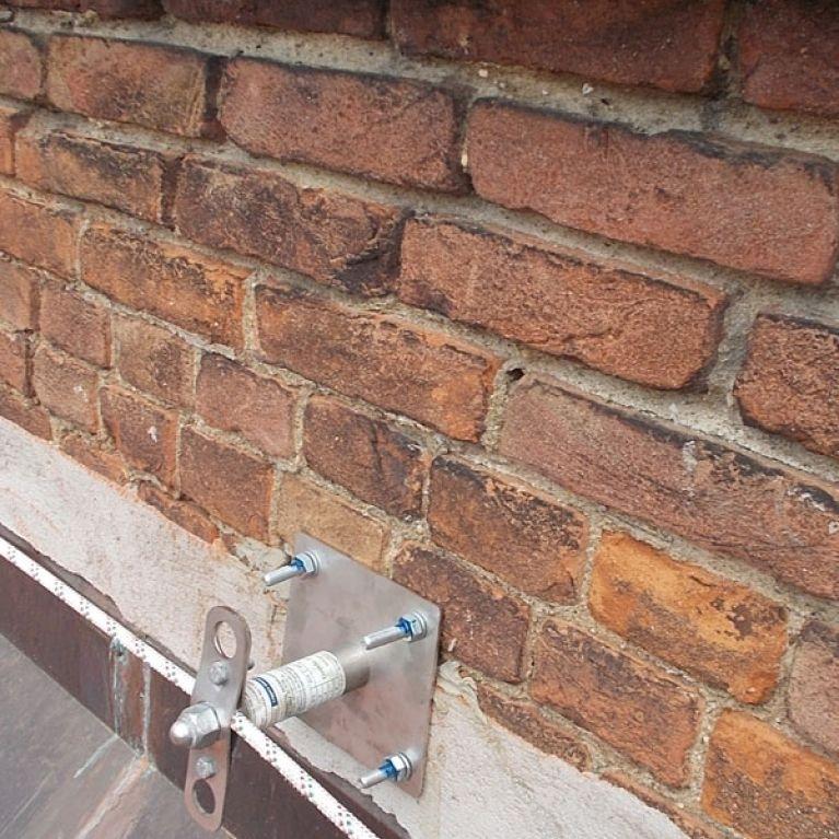 ANCORAGGIO A PARETE MOD. SQUARE MURALES - L'ancoraggio modello Square Murales è un ancoraggio strutturale in acciaio inox ed alluminio aeronautico, installabile singolarmente o quale elemento di una serie che, abbinata alla fune Gairon, da luogo alla Linea Vita. Tale Sistema è stato concepito per permettere agli operatori di lavorare in sicurezza sulle coperture a parete latero/cementizie, in cemento armato o lignee. Tutti i prodotti sopra menzionati sono componenti brevettati Gamba Safety.
