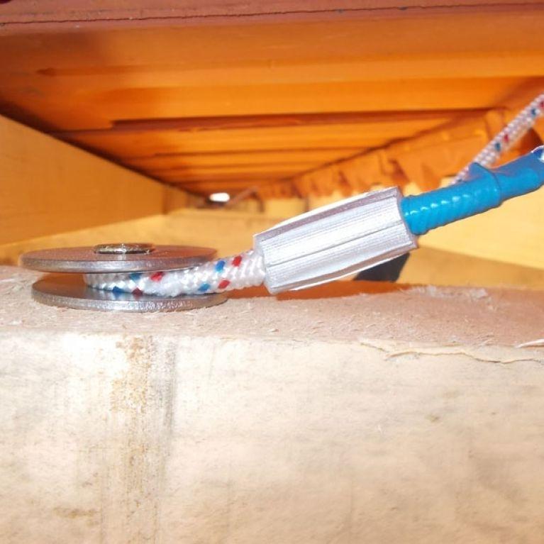 ANCORAGGIO PUNTUALE SOTTOTEGOLA ANTIPENDOLO MOD. DOUBLE ONE - L'ancoraggio puntuale sottotegola antipendolo mod. Double One è ideale per fissaggio su coperture in Legno, Cemento Armato e Latero Cemento.  L'ancoraggio è così composto: - Cavo in Acciaio diametro 4 mm con doppio rivestimento (Kevlar + Poliestere) - 4 rondelle in acciaio inox - 2 viti di fissaggio a scelta in base al tipo di travatura