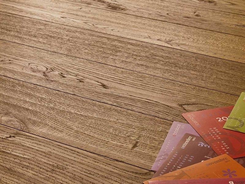 """Collezione Caraibi - Pavimenti in legno CARAIBI della Collezione """"Gli Arcipelaghi nel Mondo"""" è un parquet in rovere oliato dal gusto rustico disponibile in 4 colorazioni (di cui tre con lavorazione spazzolata e una piallata). La finitura a olio gli conferisce un carattere naturale grazie alla sua maggior opacità rispetto alla vernice. La particolare dimensione di 15,8 x 122 cm lo pone a mezza via tra una plancia e un prefinito, rappresentando il giusto compromesso estetico per chi non vuole rinunciare ad un listone mediamente lungo, nonostante le dimensioni della stanza siano contenute. Con un costo di acquisto molto vantaggioso, CARAIBI si posiziona tra i parquet più economici della collezione."""