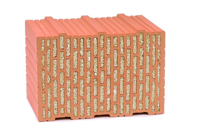 """UNIPOR CORISO PLANZIEGEL - Con i mattoni UNIPOR CORISO si creano le basi per una casa solida, massiccia e conveniente nel tempo. Questo mattone innovativo riempito di minerale naturale CORISO è il risultato di molti anni di sviluppo e di ricerca. Grazie al nuovo tipo di isolamento incorporato il mattone ha un coefficiente termico eccezionale, oltre che aggiungere una nuova dimensione all'isolamento termico, offre anche le premesse ideali per la costruzione di case a basso consumo energetico, case passive """"passivhaus"""". A differenza dei muri ventilati con sistemi di isolamento a cappotto o di complicati sistemi applicati ai muri perimetrali, i mattoni UNIPOR CORISO convincono per il loro valore """"intrinseco"""" non occorre infatti un ulteriore isolamento termico. Il materiale minerale naturale (ecologico) utilizzato, rappresenta lo stato dell'arte più attuale; si produce con acqua, basalto e fuoco. E' un materiale che convince, per le sue eccezionali proprietà di isolamento termico, di insonorizzazione e di protezione antincendio. I materiali minerali si ricavano da materie prime naturali senza l'aggiunta di additivi chimici e senza il contenuto di solventi o altre sostanze nocive. Risparmiare energia costruendo ecologicamente; due esigenze che oggi influiscono in maniera determinante sul modo di realizzare il proprio spazio abitativo e da non sottovalutare perché si tratta di proteggere la natura risparmiando attivamente energia e migliorando in maniera decisiva il proprio benessere di un'abitazione salubre."""