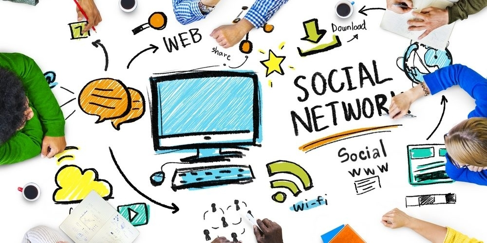 La comunicazione per l'architettura - In un mondo rapido che guarda al web come uno dei mercati più floridi per crescere, le attività di comunicazione non possono ricoprire un ruolo secondario nemmeno per i professionisti del settore dell'architettura. L'avanzata senza sosta delle forme di comunicazione mediate dalla macchina, dei social media network, degli e-commerce e della connettività mobile ha cambiato profondamente il nostro modo di fare business, di raccontare noi stessi, di vendere i nostri prodotti.  Oggi anche l'architettura deve farsi multicanale e offrire di più al consumatore, sia da un punto di vista di brand, sia sotto un profilo i valori e mission. E questo riguarda moltissimi settori dell'architettura, da quella di interni – che sta venendo pian piano rivoluzionata dalle nuove tecnologie di Realtà Virtuale – a quella paesaggistica, che deve affrontare le sfide del web 2.0.