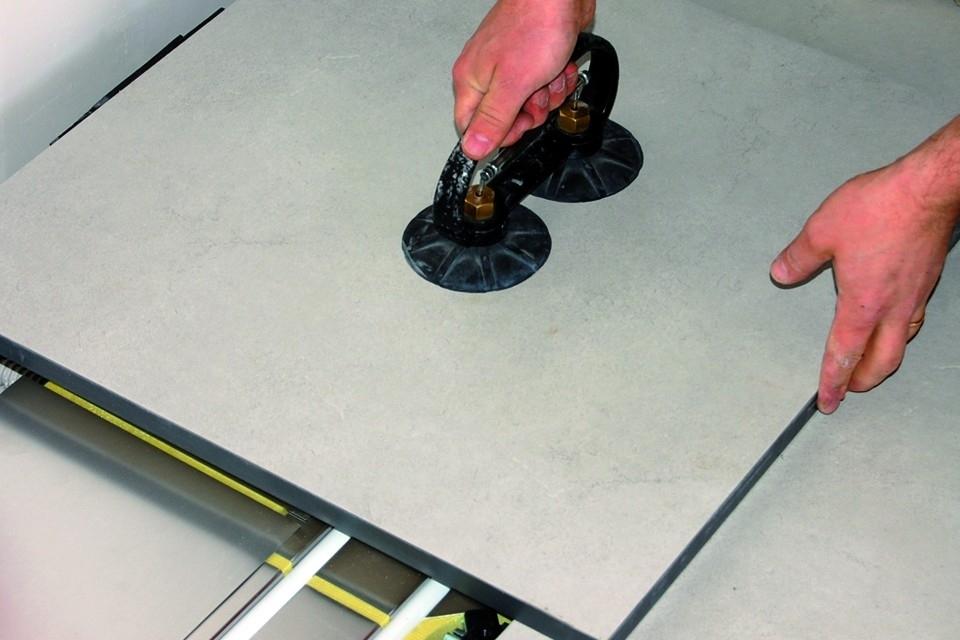 Diffuse sistema sopraelevato - Il sistema Diffuse rappresenta la massima evoluzione dei pavimenti sopraelevati accessibili radianti a secco. È composto da speciali pannelli costituiti da un sandwich formato da un brevettato corpo radiante sagomato in lamina di alluminio, racchiuso tra uno strato inferiore isolante in polistirene ed il pannello di finitura superiore. E' leggero, facile e veloce da posare, immediatamente calpestabile e con una bassissima inerzia termica. Quest'ultima caratteristica, dovuta alla massa ridotta dei sistemi a secco, rende Diffuse molto indicato per l'installazione in ambienti dove sia necessaria una rapida risposta sia in riscaldamento invernale che in raffrescamento estivo. L'innovativo pavimento sopraelevato radiante Diffuse sviluppato in collaborazione con NESITE, azienda leader nel settore delle pavimentazioni sopraelevate, è progettato per l'ottimizzazione della più alta efficienza termica, senza rinunciare alle caratteristiche che deve garantire un pavimento sopraelevato, ovvero la sua completa e facile accessibilità garantendo agli ambienti in cui viene utilizzato, la più alta flessibilità.