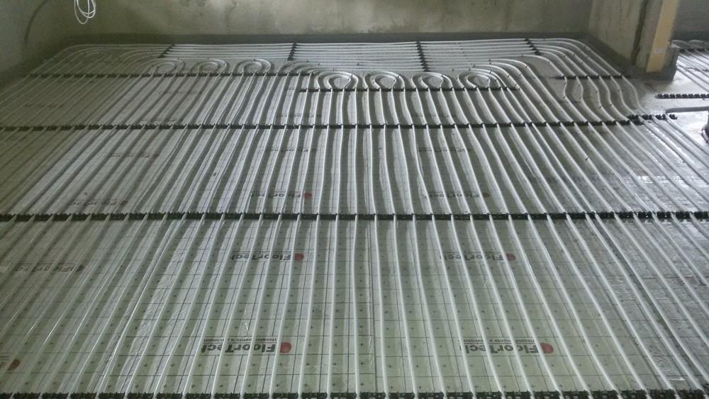 Roll EPS - Il sistema ROLL EPS è particolarmente indicato per la posa in edilizia civile. E' costituito da un pannello isolante in rotoli di polistirene espanso a resistenza termica maggiorata accoppiati ad un foglio di alluminio con funzione di freno vapore e riflessione del calore. La conformazione in rotoli consente una velocità di posa nettamente superiore rispetto ai tradizionali sistemi a pannelli. Non avendo scanalature perimetrali per l'accoppiamento, vengono notevolmente ridotti gli sfridi durante la posa. L'alto potere isolante permette, a parità di efficienza termica, di ridurre lo spessore totale dell'impianto.  Grazie alla scelta dei materiali utilizzati e al sistema di posa a doppio circuito, il sistema ROLL EPS ha un'inerzia termica molto inferiore rispetto a quella dei sistemi a pavimento tradizionali (meno della metà). Questo consente di avere un impianto facilmente adattabile, in grado di garantire sempre il massimo comfort. La posa a doppio circuito garantisce un riscaldamento uniforme dell'intera superficie e una modulazione della potenza dell'impianto tramite controllo elettronico. La conformazione del pannello in rotoli della larghezza di 1 metro consente una posa semplice e veloce. La facilità con cui è possibile effettuare tagli nel pannello (è sufficiente un cutter) lo rende adatto alla posa in ambienti a geometria irregolare. Il pannello isolante ROLL EPS è disponibile in tre spessori: 22 mm, 37 mm e 60 mm.  Considerando un massetto di 50 mm (minimo 30 mm sopra il tubo secondo la norma UNI-EN 1264), lo spessore minimo che si può ottenere con un sistema Roll EPS è di 72 mm (rivestimento escluso). Il tubo consigliato per questo sistema a umido è il multistrato FloorTech PE-RT/Alu/PE-RT a bassa dilatazione lineare, elevata flessibilità, elevata conduttività termica.