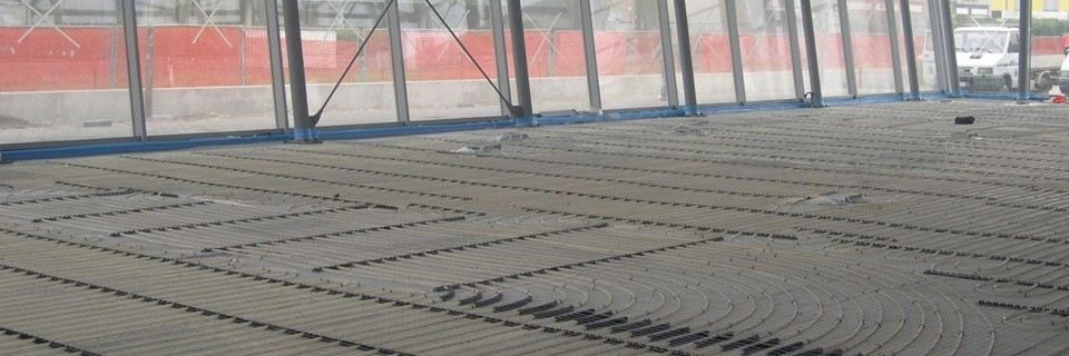XPS Industriale - Il sistema con pannello isolante in rotoli XPS INDUSTRIALE è la soluzione ideale per rispettare la norma UNI EN 1264 in ambienti industriali. Il pannello è in polistirene estruso additivato con grafite, accoppiato con carta kraft, alluminio, polietilene con funzione di freno vapore. L'elevata resistenza alla compressione del pannello ne permette l'installazione anche in presenza di consistenti sollecitazioni meccaniche (muletti, pallets, ecc). La conformazione del pannello in rotoli della larghezza di 1 metro consente una posa semplice e veloce. Grazie al funzionamento per irraggiamento non è necessario riscaldare l'intero volume dei locali; si ha quindi un risparmio minimo del 42% rispetto ai sistemi di riscaldamento a convezione. Si ha inoltre una notevole riduzione del carico termico con la possibilità di riscaldare fino a 600 m2 con una caldaia murale. L'isolante ha la funzione di ridurre i tempi d'inerzia dell'impianto (già di per sé molto elevati) e di diminuire le perdite di calore verso il terreno (senza isolante la perdita risulta superiore al 35%). Il pannello isolante ROLL XPS INDUSTRIALE è disponibile nello spessore di 38 mm. Considerando un massetto di 130 mm, lo spessore minimo che si può ottenere con un sistema Roll XPS industriale è di 168 mm (eventuale rivestimento escluso).