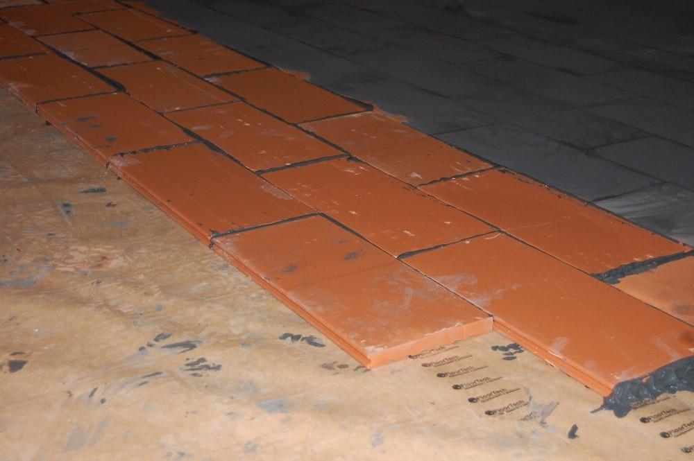 """Chiese - VELOCITA' DI POSA I sistemi a secco FloorTech (senza massetto cementizio) garantiscono una posa rapidissima. In sole due settimane è possibile riprendere tutte le attività. Posare direttamente sopra una pavimentazione esistente riduce tempi e costi di intervento. Il pavimento scelto può essere posato già il giorno successivo al completamento dell'impianto.  RISPARMIO ENERGETICO Il riscaldamento a pavimento sfrutta energia termica a bassissima temperatura per cui è possibile alimentare l'impianto con una temperatura media di 30-35°C. Un impianto a pannelli radianti produce un risparmio di energia fino al 40% in locali di altezza normale.  MASSIMO COMFORT I pannelli radianti offrono la miglior distribuzione possibile della temperatura ambiente sia in caso di riscaldamento invernale che di raffrescamento estivo. Ciò consente di ottenere una temperatura uniforme e confortevole in tutto l'ambiente in ogni stagione.  AUTOREGOLAZIONE Un impianto a pannelli radianti può essere definito """"autoregolante"""" in quanto è in grado di compensare automaticamente in modo rapido ogni eventuale brusco cambiamento di temperatura in un ambiente (ad esempio dovuto all'irraggiamento solare sulle vetrate)  ARIA PULITA Un impianto a pannelli radianti riscalda in modo uniforme l'ambiente sfruttando il principio dell'irraggiamento, non provoca movimenti dell'aria nè modifica il tasso di umidità relativa. Ne consegue un drastico abbattimento delle polveri con enormi benefici in caso di allergie."""