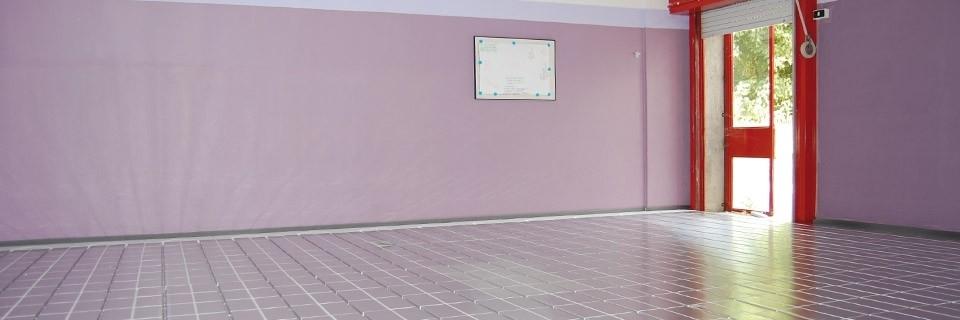 """Scuole - Perchè scegliere un sistema a secco FloorTech per la riqualificazione energetica di una scuola?  VELOCITA' DI POSA I sistemi a secco FloorTech (senza massetto cementizio) garantiscono una posa rapidissima. In sole due settimane è possibile riprendere tutte le attività. Posare direttamente sopra una pavimentazione esistente riduce tempi e costi di intervento. Il pavimento scelto può essere posato già il giorno successivo al completamento dell'impianto.  RISPARMIO ENERGETICO Il riscaldamento a pavimento sfrutta energia termica a bassissima temperatura per cui è possibile alimentare l'impianto con una temperatura media di 30-35°C. Un impianto a pannelli radianti produce un risparmio di energia fino al 40% in locali di altezza normale.  MASSIMO COMFORT I pannelli radianti offrono la miglior distribuzione possibile della temperatura ambiente sia in caso di riscaldamento invernale che di raffrescamento estivo. Ciò consente di ottenere una temperatura uniforme e confortevole in tutto l'ambiente in ogni stagione.  AUTOREGOLAZIONE Un impianto a pannelli radianti può essere definito """"autoregolante"""" in quanto è in grado di compensare automaticamente in modo rapido ogni eventuale brusco cambiamento di temperatura in un ambiente (ad esempio dovuto all'irraggiamento solare sulle vetrate)  ARIA PULITA Un impianto a pannelli radianti riscalda in modo uniforme l'ambiente sfruttando il principio dell'irraggiamento, non provoca movimenti dell'aria nè modifica il tasso di umidità relativa. Ne consegue un drastico abbattimento delle polveri con enormi benefici in caso di allergie  SPESSORE MINIMO Totale libertà nella scelta dei rivestimenti con spessori sempre bassissimi. Un impianto finito con rivestimento in clinker smaltato a posa flottante occupa solo 46 mm. Con laminato a posa flottante solamente 39 mm."""