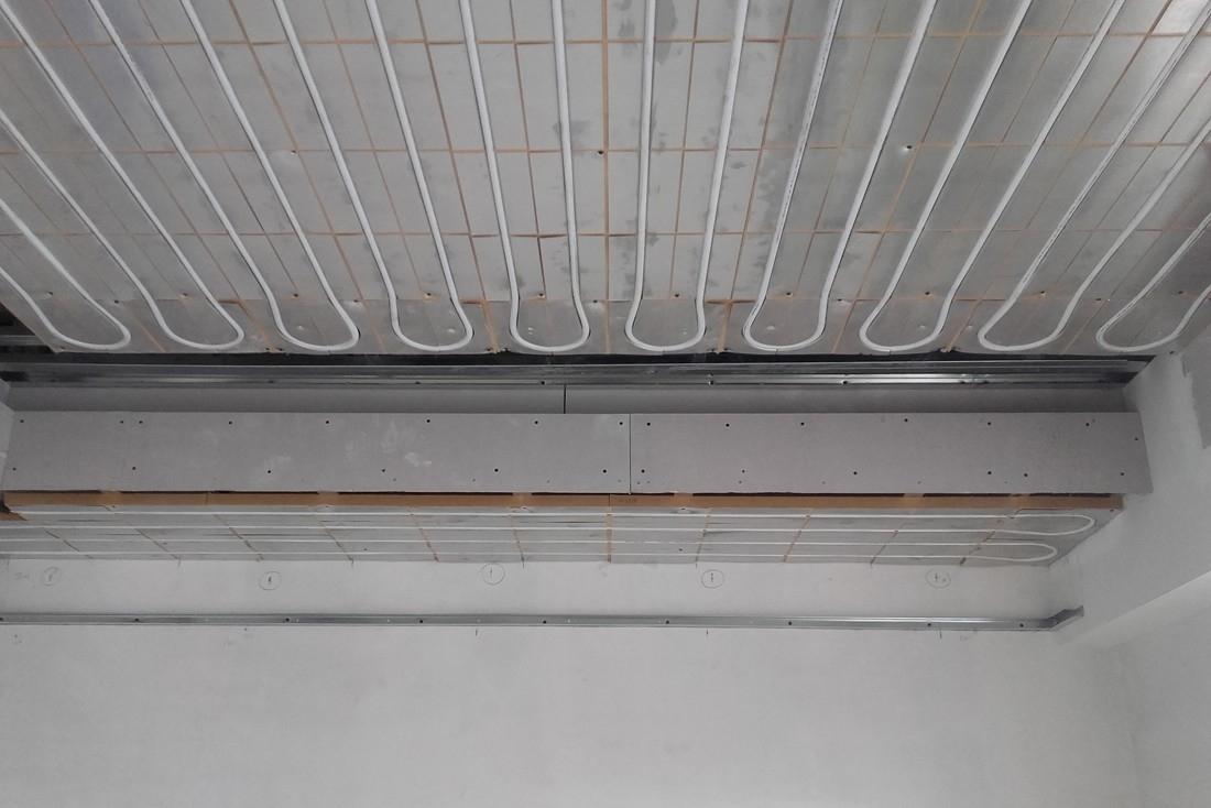 Dry 32 a soffitto - Sistema radiante a soffitto realizzato con i pannelli a secco DRY 32 in lastre da 40x60 cm in polistirene estruso additivato di grafite accoppiato con lamelle sagomate in alluminio puro per il contenimento del tubo scambiatore di calore.  Il sistema DRY32 nasce per la realizzazione di impianti radianti a soffitto in aderenza al soffitto esistente. I pannelli che compongono il sistema sono appositamente realizzati per essere incollati direttamente all'interno dell'orditura di sostegno del controsoffitto; è prevista una orditura metallica singola.  Il sistema DRY32 ha dei vantaggi molto importanti rispetto agli impianti tradizionali a soffitto realizzati con pannelli sandwich nei quali il tubo è già inserito nel cartongesso.
