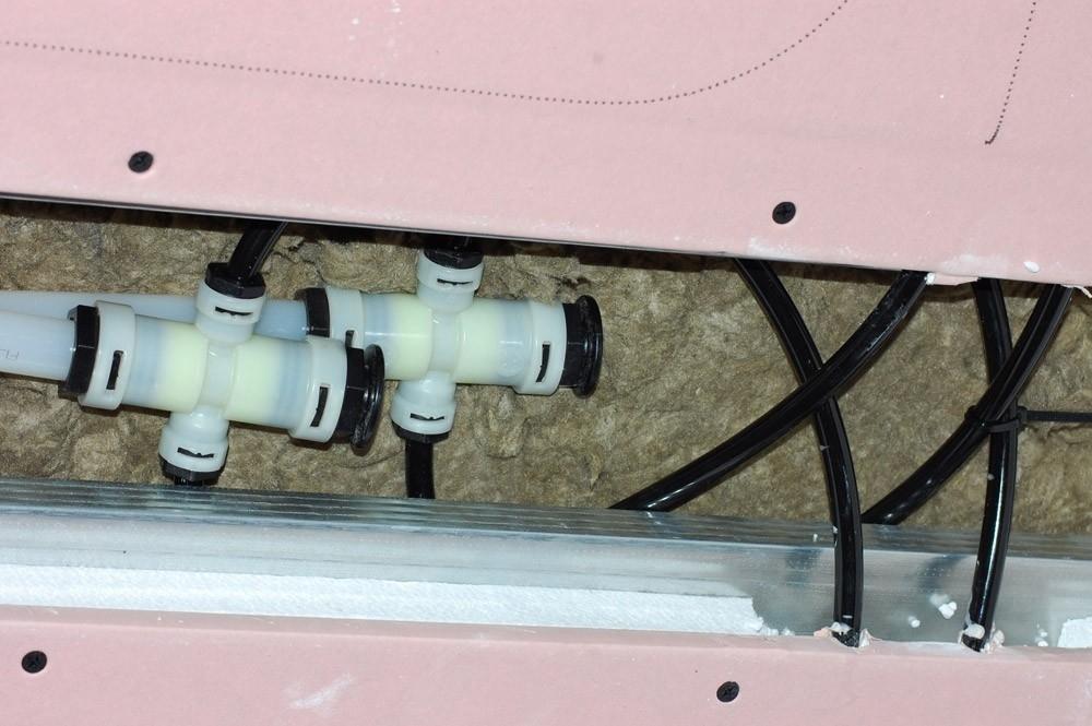 Soffitto SRF 42 - Il sistema di riscaldamento e raffrescamento radiante a soffitto SRF42 è costituito da un insieme di pannelli radianti modulari fissati alla struttura metallica del controsoffitto. I moduli sono composti da una lastra di gessofibra da 15 mm accoppiata a un pannello di polistirene (EPS200) da 27 mm per aumentare il flusso termico verso i locali da climatizzare. All'interno del pannello in gessofibra, è annegato un tubo in polibutilene da 10x1,1 mm dotato di barriera all'ossigeno secondo la norma DIN 4726. Sulla parte a vista di ciascun modulo, viene riportato lo sviluppo effettivo dei circuiti aventi interasse di 5 cm. I pannelli di riempimento vengono ricavati dal taglio di una lastra di SRF42 (1200x2000 mm) priva di tubazioni all'interno.