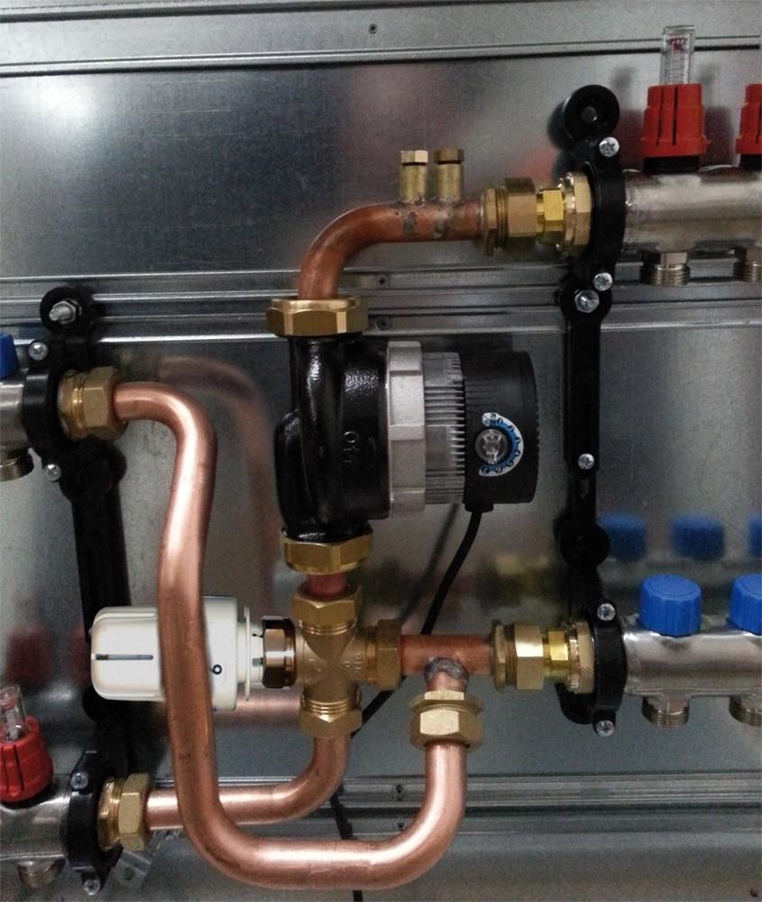 Miscelazione in cassetta - I moduli di miscelazione FloorTech si utilizzano in caso di produzione di acqua a temperature diverse da quelle necessarie al funzionamento dell'impianto radiante. Vengono montati direttamente nell'armadio contenente il collettore e adeguano la temperatura dell'acqua in modo da garantire il corretto funzionamento dell'impianto sia durante la fase di riscaldamento invernale che durante quella di raffrescamento estivo. La regolazione in cassetta può essere utilizzata ad esempio nel caso in cui in un appartamento di un complesso con riscaldamento centralizzato si desideri installare un impianto radiante. Il modulo di miscelazione provvederà ad adeguare la temperatura dell'acqua in arrivo a quella necessaria all'impianto (solitamente durante la fase invernale, l'acqua che arriva da una caldaia centralizzata è molto più calda di quella necessaria all'impianto radiante. Un impianto radiante infatti funziona con acqua a temperature molto più basse di quelle utilizzate da un impianto a radiatori) FloorTech propone due diversi moduli di miscelazione: il modulo con predisposizione per servomotore e il modulo a punto fisso.