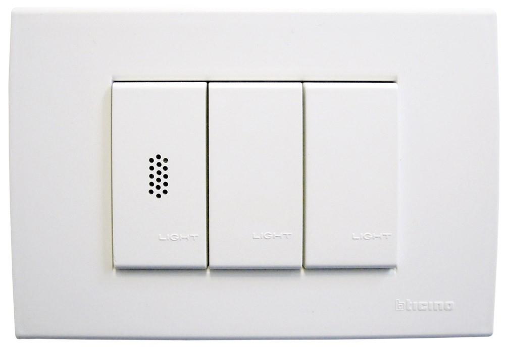 Sistema di regolazione impianto - Il display touch screen e tutti i sensori da incasso sono realizzati in tutte le principali serie civili e si coordinano perfettamente con la serie scelta per la propria abitazione. I moduli I/O e la centralina vanno montati nel quadro elettrico, pertanto non risultano visibili all'interno dell'abitazione.