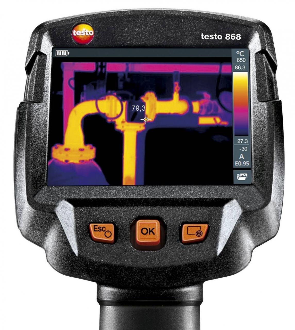 Testo 868 - La termocamera testo 868 si contraddistingue per le sue prestazioni di misura professionali e un'eccezionale semplicità d'uso. Un modello che offre la migliore qualità delle immagini della sua categoria, una fotocamera digitale integrata e che seduce per le sue intelligenti funzioni. All'interno della pratica valigetta la termocamera può essere facilmente trasportata ed essere così sempre a portata di mano quando serve.