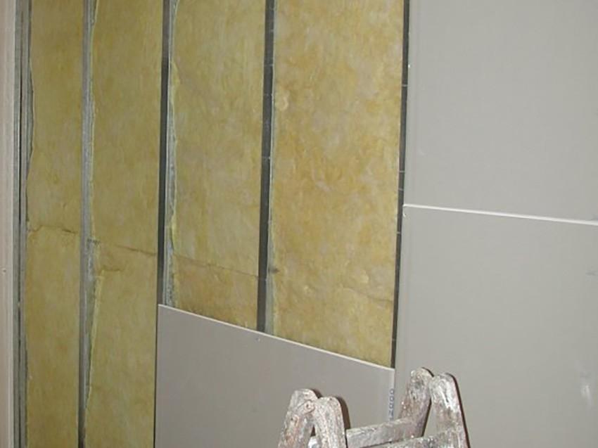 Isolamento-interno-inserito-in-intercapedine-realizzata-con-strutture-in-alluminio-e-lastre-di-cartongesso-uai-850x637