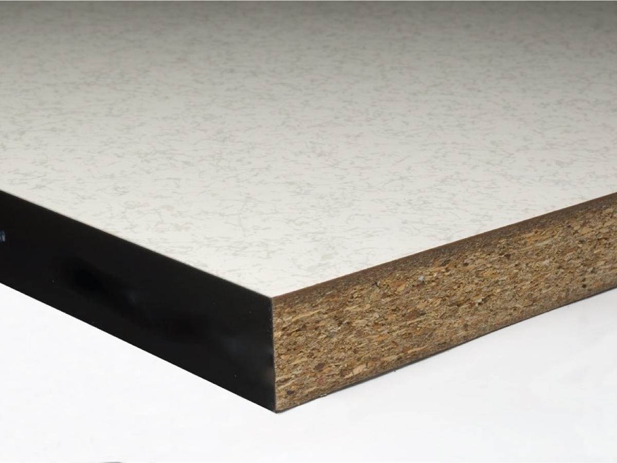 Pannello per pavimento sopraelevato in Truciolato - Pannello modulare  600 x 600 mm di truciolato di legno costituito da particelle lignee legate con resine termoindurenti. Negli spessori di 30 mm e 38 mm è consigliato in abbinamento a finiture in laminato o resilienti. Le condizioni ambientali per il suo utilizzo non devono risentire di problematiche connesse all'umidità e pertanto anche per la manutenzionedi questo tipo di pavimento sopraelevato è opportuno limitare il più possibile l'uso dell'acqua