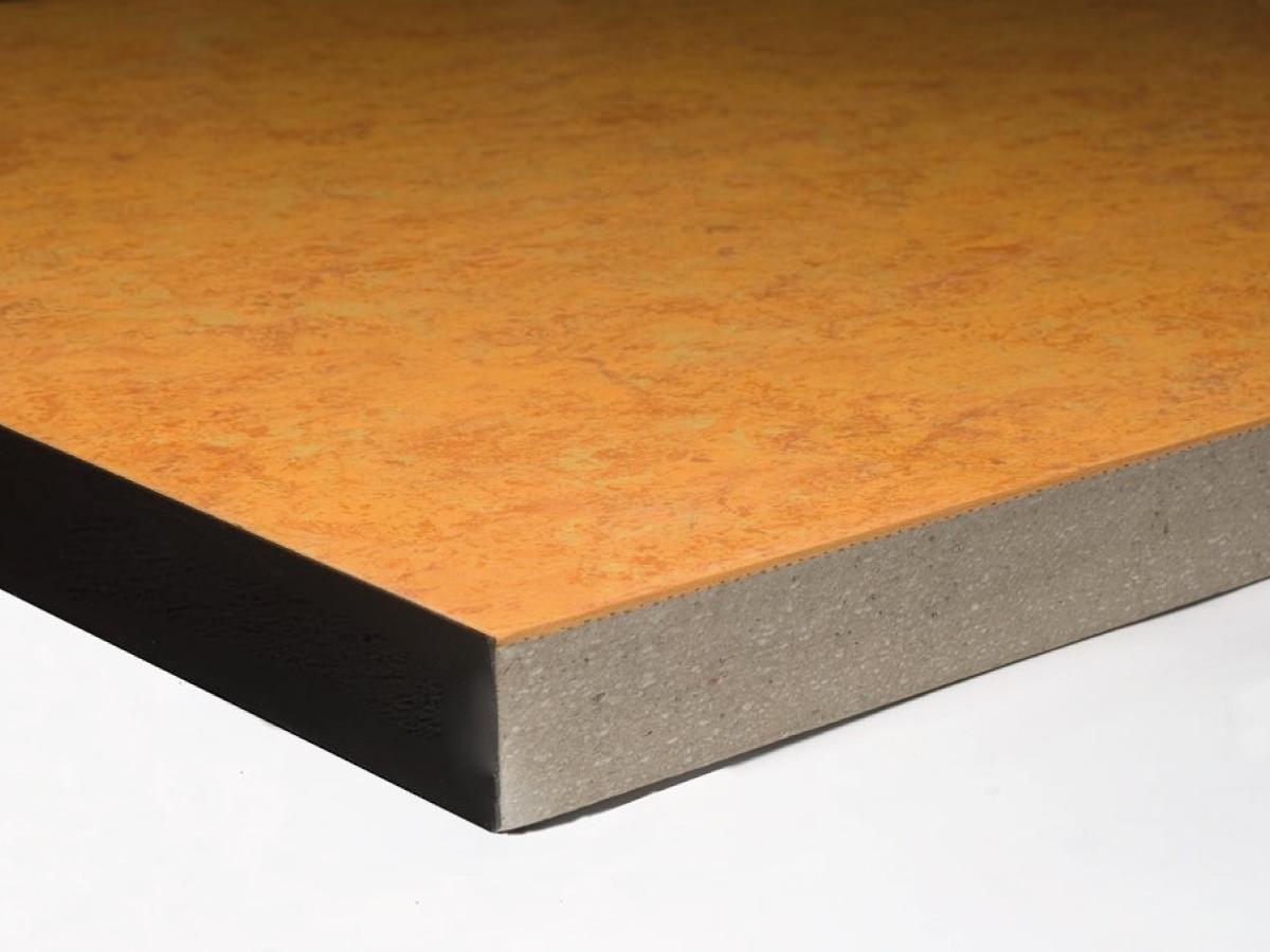 Pannello per pavimento sopraelevato in Solfato di calcio - Pannello modulare 600x600 mm  in solfato di calcio monostrato ad alta densità, costituito da gesso e fibre di cellulosa. Negli spessori standard di 30 mm, è ideale per finiture in Gres Porcellanato, mentre il 34 mm è indicato per finiture in laminato e resilienti. Presenta elevate prestazioni fisico-meccaniche, grande resistenza al fuoco e alti valori di abbattimento acustico, può essere abbinato a ogni tipo di finitura.