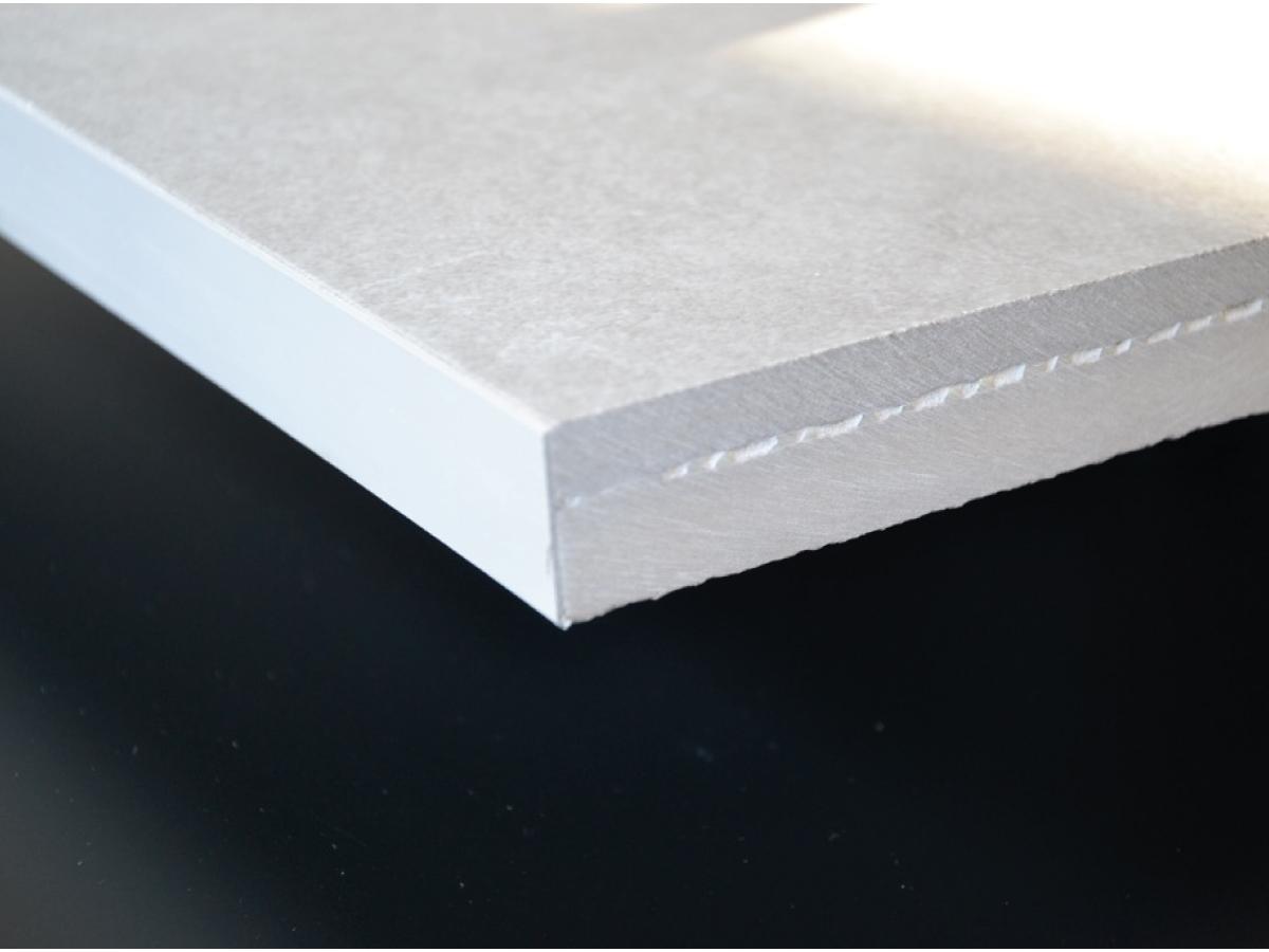 Pannello per pavimento sopraelevato Bricktile - BRICKTILE è un pavimento sopraelevato appositamente studiato per le finiture in Gres porcellanato. È costituito da 3 elementi assemblati fra di loro: un pannello ceramico di supporto di spessore 15 mm, una rete in fibra di vetro posta al centro e una finitura superiore in gres porcellanato di 10 mm. Lo spessore totale del pannello è di 25 mm, questo spessore ridotto ne facilita l'utilizzo anche in situazioni dove lo spazio per il pavimento sopraelevato non è stato predisposto a progetto, permettendo anche una maggiore fruizione dello spazio utile sottostante.   Nel pannello BRICKTILE, l'incollaggio fra il supporto ceramico sottostante e il gres porcellanato di finitura superiore è garantito da speciali collanti che permettono la massima adesione. La rete in fibra di vetro, posta al centro del pannello, ha un'importante funzione strutturale e antisfondamento. Grazie alla solida adesione fra il supporto ceramico inferiore e il gres porcellanato di finitura si ottengono elevatissime caratteristiche di portata ai carichi. BRICKTILE è inassorbente all'acqua pertanto può essere lavato direttamente con acqua utilizzando tutti i principali prodotti di pulizia adatti alle ceramiche. La caratteristica di estrema rigidità che contraddistingue questo prodotto evita che ci siano effetti di eccessiva flessione sotto carichi statici elevati. BRICKTILE, grazie alla sua elevata densità, è in grado di garantire il massimo delle prestazioni acustiche. La densità di 2200 Kg/mc infatti è tripla rispetto ai pannelli in truciolato e nettamente superiore ai pannelli in solfato di calcio. I pannelli BRICKTILE sono disponibili nel formato standard 600x600 mm e nel formato speciale 600x1200 mm. Per progetti specifici ed esigenze particolari si possono produrre soluzioni personalizzate con finiture superiori anche in materiali lapidei naturali.
