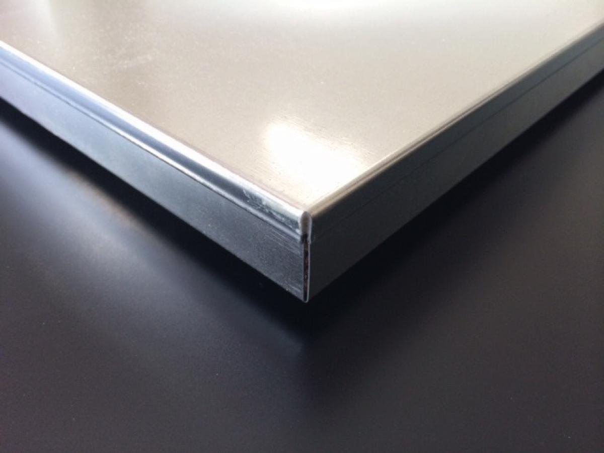 Pannello per pavimento sopraelevato Incapsulato - Il Pannello Incapsulato 600x600 mm è realizzato con un'anima stutturale in truciolato o solfato di calcio e rivestito con una lamiera di spessore 0,5 mm che avvolge completamente il pannello nella parte superiore, in quella inferiore e lungo tutto il perimetro. Questa tipologia di pannello è adatta ad essere utilizzata con finiture autoposanti come moquette e PVC.