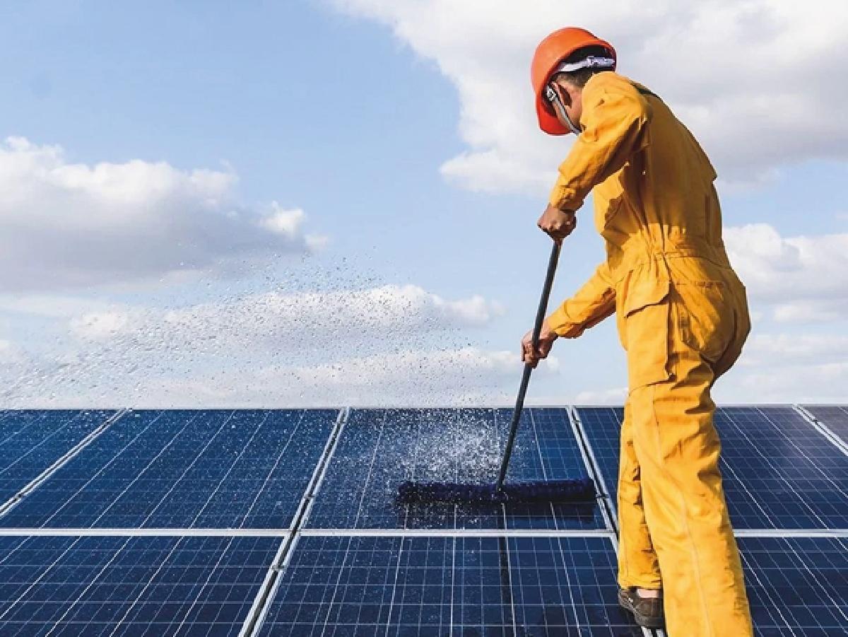Pulizia Impianti Solari - ENERGIA ECO propone soluzioni per mantenere efficienti gli impianti fotovoltaici e solari,attraverso la pulizia professionale dei pannelli. Purtroppo a causa di agenti esterni inevitabili,come pioggia,neve,polvere,smog o escrementi di uccelli,sui pannelli si formano strati,più o meno visibili,di materiale che creano una barriera e riducono la capacità di assorbimento dei raggi solari,anche poco tempo dopo l'installazione dell'impianto. Energiaeco, grazie all' esperienza maturata nel settore, e' in grado di ripristinare l' efficienza delle superfici fotovoltaiche,utilizzando tecnologie moderne e sicure. Le nostre apparecchiature lavorano con acqua pura demineralizzata mediante il trattamento ad osmosi inversa,ciò significa che tutti i fattori di sporco verranno rimossi senza lasciare aloni chimici,derivanti dall' uso di detergenti,o residui calcarei che l'acqua non pura rilascia. Questa tecnologia permette di ottenere risultati eccellenti nel massimo rispetto dell'ambiente!  DAI VALORE AL TUO INVESTIMENTO Una pulizia periodica dei pannelli consentirà di mantenere inalterata la produttività,dando valore al vostro investimento. Per informazioni e preventivi non esitate a contattarci,un tecnico vi fornirà tutte le informazioni necessarie ed effettuerà un sopralluogo gratuito.