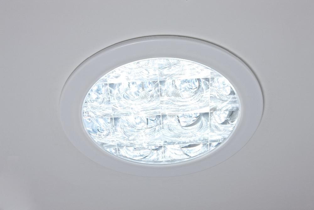 Diffusore Classic OptiView - Per solatube DS 160 & DS 290  Dotato anch'esso di bordatura bianca, questo elegante diffusore utilizza lenti di Fresnel per regalarvi uno sguardo sul cielo che lascerà a bocca aperta i vostri visitatori e clienti.