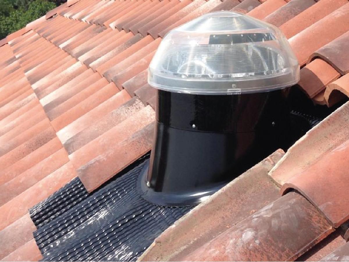 Scossalina universale inclinata per tetti in tegola - La scossalina universale inclinata per tetti in tegola Solatube può essere applicata come installazione singola o doppia per garantire l'impermeabilizzazione, oltre al livello delle tegole, anche alla barriera vapore o guaina posta al di sopra dell'isolante. Questa scossalina può avere il diffusore parallelo al pavimento ed è adatta per attraversare il sottotetto o più piani. Anche per questo tipo di tetto è disponibile, come accessorio, l'isolatore termico in neoprene.