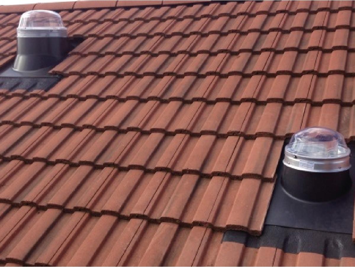 Scossalina universale piana per tetti in tegola o coppi - La scossalina universale piana Solatube può essere applicata come installazione singola o doppia se si vuole garantire l'impermeabilizzazione, oltre al livello delle tegole, anche alla barriera vapore o guaina situata al di sopra dell'isolante.  Questa scossalina è adatta per illuminare la zona mansarda ed avere il diffusore con la stessa inclinazione del tetto. Anche per questo tipo di tetto è disponibile, come accessorio, l'isolatore termico in neoprene.