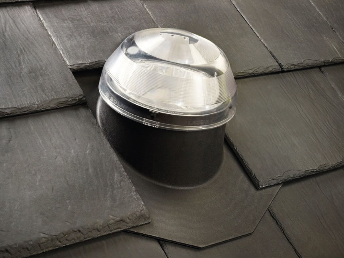 Tetti inclinati in ardesia - Le scossaline Solatube modello residenziale per tetti inclinati in ardesia, o tegole canadesi, sono adatte per tutte le tegole non interconnesse, profilate, in ardesia o bitume.  L'isolatore termico in neoprene è disponibile come accessorio anche per questo tipo di tetto.