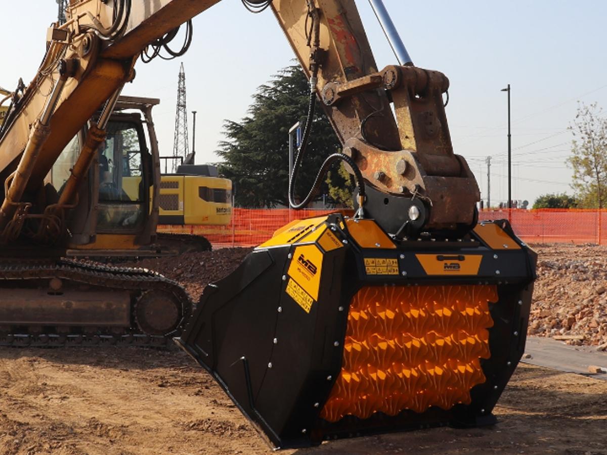 Benna Selezionatrice MB-HDS523 MB Crusher - Benna Selezionatrice MB-HDS523  La selezionatrice MB-HDS523 è l'attrezzatura che vorresti in cantiere per grandi quantità e grandi volumi. È la più grande, potente e robusta della gamma.  Concepita principalmente per il settore delle cave, può anche essere usata per smuovere, vagliare e aerare enormi quantità di terra nel settore scavi, movimento terra e nei grandi progetti di canalizzazioni e opere viarie.  Provvista di ''V Shaft System'' è in grado di creare una doppia vagliatura in contemporanea e incrementare la produzione.  Caratteristiche tecniche:  MODELLO MB-HDS523 PESO 3,35 Ton CAPACITÀ DI CARICO 2,00 m3 PRESSIONE > 250 bar PORTATA D'OLIO 230 l/min.  Il valore della portata idraulica deve essere raggiunto in concomitanza con la pressione di esercizio richiesta.