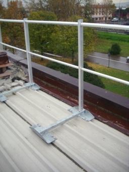 Parapetto in alluminio con piastra di fissaggio
