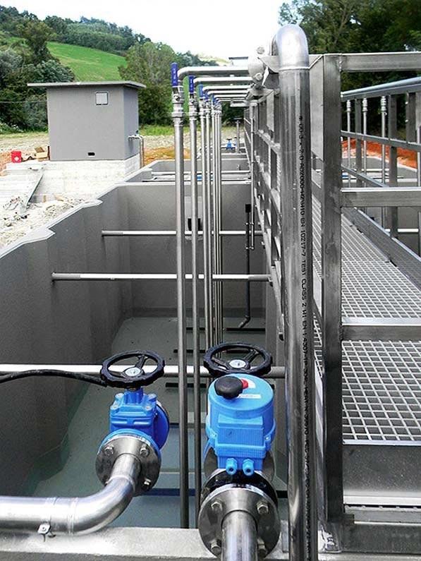 """Impianti di Depurazione a Fanghi Attivi ad Aerazione Estesa - Gazebo produce Impianti di Depurazione a Fanghi Attivi ad Aerazione Estesa per piccole e grandi comunità realizzati con gli innovativi """"FRC Gazebo System"""" o """"SCC Gazebo System"""". MINIBIOXY/BCS (a bacino combinato – realizzato con una sola vasca monoblocco) impianto per trattare acque reflue provenienti da insediamenti abitativi composti da un numero di Abitanti Equivalenti fra 10 e 350. MINIBIOXY/BSP (a bacino separato – realizzato con più vasche monoblocco) impianto per trattare acque reflue provenienti da insediamenti abitativi composti da un numero di Abitanti Equivalenti fra 400 e 2.500/3.000. A norma Decreto Legislativo n.152 del 03.04.06 per scarico in acque superficiali e sul suolo."""