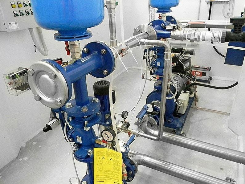 """Impianti Antincendio Fissi a Sprinkler o a Idranti, con Vasche Prefabbricate - Gli Impianti Antincendio fissi Gazebo, a sprinkler o a idranti, sono composti da vasche prefabbricate con gruppi di pressurizzazione, riserva idrica e locale tecnico monoblocco in C.A., realizzati con gli innovativi """"FRC Gazebo System"""" o """"SCC Gazebo System"""". Tutti i componenti meccanici, idraulici ed elettrici dell'impianto sono già preassemblati e cablati all'interno del locale tecnico. Così, non è più necessaria alcuna lavorazione. Tempo risparmiato, risultato assicurato. Componenti e tipologie d'installazione in conformità alle normative vigenti: UNI EN 12845 – UNI EN 11292 – UNI EN 10779."""