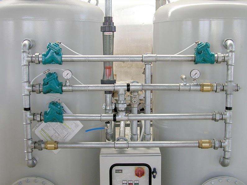 Impianti Trattamento Acque Reflue Autolavaggi - Gli impianti trattamento acque reflue di autolavaggi Gazebo completati da un sistema di filtrazione a sabbia quarzifera a carboni attivi consentono notevoli risparmi grazie al totale riutilizzo delle acque per la fase di prelavaggio. Il sistema di trattamento è progettato per depurare in maniera fisica-biologica acque contenenti: materiali decantabili, grassi/oli minerali ed idrocarburi non emulsionati e detergenti. Il ciclo di trattamento e depurazione delle acque reflue di autolavaggio si svolge attraverso le fasi di sedimentazione, disoleazione a coalescenza, biofiltrazione. Nel modulo di separazione statica si otterrà: una sedimentazione delle frazioni solide (terre e sabbie, materiale fangoso in genere),che si depositano sul fondo sino al momento della pulizia della vasca, una fase di disoleazione in cui avverrà la separazione di oli e idrocarburi non emulsionati mediante flottazione in superficie. Per un ulteriore affinamento la massa liquida chiarificata viene fatta defluire attraverso uno speciale filtro adsorbente a coalescenza, utile a rimuovere quelle tracce di sostanze oleose eventualmente presenti. Inoltre la vasca è munita di un dispositivo di chiusura automatica a galleggiante (otturatore) che, attivato da un determinato livello di liquido leggero accumulato in superficie, chiude lo scarico impedendo la fuoriuscita dell'olio. La sezione finale prevede un trattamento biologico ad aerazione prolungata su biomassa adesa, dove i liquami da depurare attraversano il biofiltro aerato, alimentato da una elettrosoffiante comandata da apposito quadro elettrico. La pellicola biologica attivata dall'ossigenazione determina la trasformazione delle sostanze organiche inquinanti e la loro degradazione; inoltre mediante opportuni dispositivi idropneumatici vengono raccolte le sostanze galleggianti e i fanghi sedimentati, ricircolandoli in continuo alla sezione di pretrattamento.
