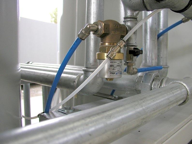 Impianti di Filtrazione Sabbia Quarzifera - Carboni Attivi - Il sistema di FILTRAZIONE FINALE prevede un trattamento fisico che si basa sull'accoppiamento di un processo di filtrazione – adsorbimento avanzato. Con la filtrazione su quarzite si rimuovono dall'acqua eventuali particelle di materiale sedimentabile o in sospensione sfuggite ai precedenti trattamenti, mentre con la sezione di adsorbimento su carboni attivi si eliminano le sostanze organiche residue quali idrocarburi e tensioattivi contenuti nei detergenti. L'elevata efficienza della filtrazione a sabbia quarzifera consente alla sezione di adsorbimento di potere operare nelle migliori condizioni e quindi rendere i carboni attivi più duraturi nel tempo, riducendo i costi di gestione.