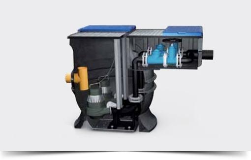 Stazioni di Sollevamento - Le stazioni di sollevamento sono composte da serbatoi in polietilene (PE), vengono utilizzate per il rilancio delle acque reflue e sono fornite già complete al loro interno di pompe di sollevamento, tubi guida, tubazioni di mandata, valvolame, sonde di livello, corredate di quadro elettrico eventualmente di tipo stradale e relativi accessori per il corretto funzionamento. Questi impianti sono impiegati per il sollevamento di acque reflue civili ed industriali, acque meteoriche e da fognature.