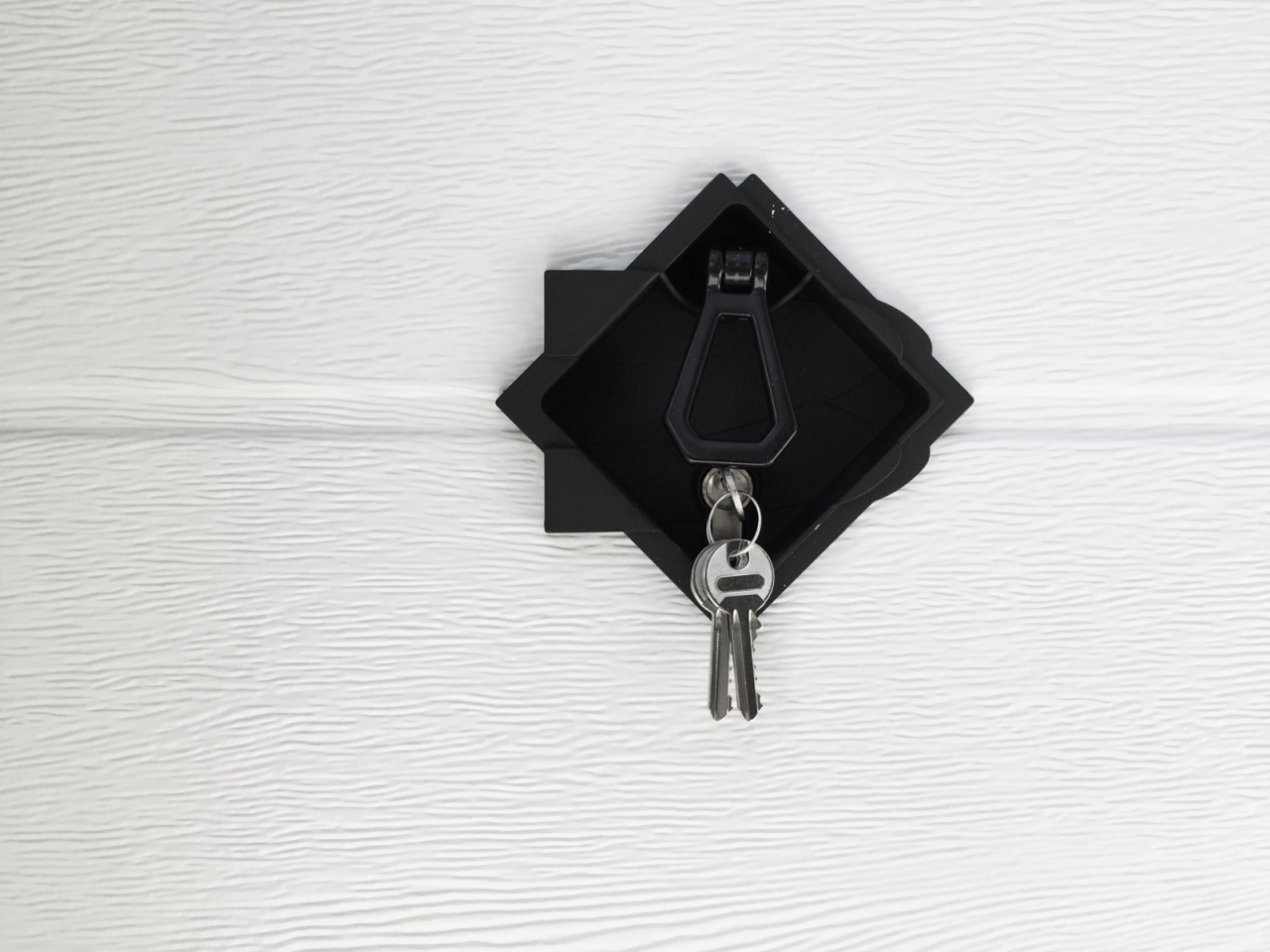 Ares - Ares è la porta garage che si contraddistingue per linee armoniose e luminosità. Una soluzione sobria e al tempo stesso funzionale: le superfici dei pannelli, caratterizzate dalla finitura stucco o wood grain per la versione verniciata, liscio Ultra Touch per la versione Simil Legno, offrono un risultato estetico equilibrato che si abbina alle caratteristiche di qualità e affidabilità tipiche di tutta la produzione Breda.