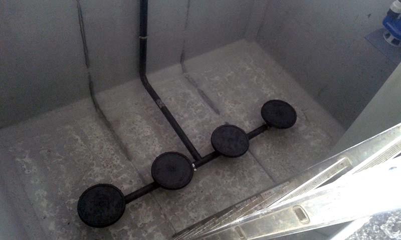 Impianto OXITANK – SBR Trattamento secondario di scarichi civili secondo il processo a fanghi attivi ad ossidazione estesa - Impianto biologico a fanghi attivi Sequencing Batch Reactor (SBR), costituito dai seguenti stadi:  Pretrattamento (o trattamento primario),  Omogeneizzazione ed equalizzazione della portata,  Ossidazione estesa SBR,  Scarico refluo depurato.  L'ossidazione viene attuata mediante insufflazione d'aria prodotta da uno o più elettrosoffianti. Lo scarico del refluo depurato, così come il passaggio dal vano di equalizzazione al vano SBR, avviene a cicli sequenziali, mediante elettropompe poste nella parte superiore della vasca SBR.
