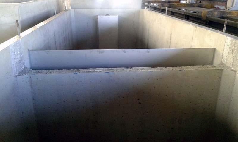 SEPUREX Separatori di grassi, oli vegetali ed animali - Il funzionamento di un separatore è basato sul principio fisico per cui le sostanze di peso specifico inferiore a 1 si dispongono alla superficie, mentre le sostanze di peso superiore a 1 si depositano sul fondo.  Il separatore SEPUREX è composto di una vasca monolitica in calcestruzzo armato vibrato, completa di appositi deflettori di flusso. Il volume interno è suddiviso nei settori di sedimentazione e separazione.  Ambito di utilizzo:  Impianti di depurazione scarichi di grandi cucine,  Impianti di depurazione scarichi civili.