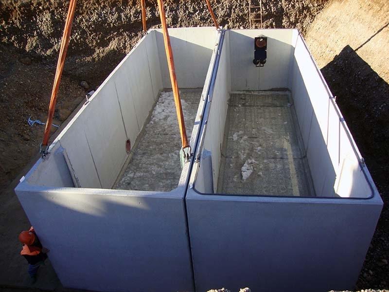 METEOTANK MP/SD Trattamento in accumulo e rilancio acque meteoriche di prima pioggia - Il sistema di trattamento di acque inquinate da oli minerali, tipo METEOTANK MP/SD, è stato progettato per il trattamento in accumulo e rilancio delle acque di prima pioggia, sgrondanti da superfici pavimentate interessate in varia misura da traffico veicolare, e sulle quali avvengono quindi sversamenti di oli minerali e benzine. L'impianto opera secondo le seguenti fasi di trattamento. Accumulo acque di prima pioggia; Separazione delle acque di prima pioggia da quelle di seconda pioggia; Sollevamento prima pioggia ed invio al disoleatore; Disoleazione gravimetrica; Filtrazione a coalescenza; Scarico acque depurate.  Ambito di utilizzo:  Piazzali di stoccaggio,  Piazzole di servizio,  Tratti stradali e rotatorie,  Parcheggi.