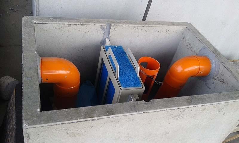 MINITANK Trattamento in continuo di acque di scarico da lavaggio di aree adibite a parcheggio coperto, inquinate da oli minerali e benzine - La vasca di disoleazione MINITANK è particolarmente indicata il trattamento di acque provenienti da lavaggio aree adibite a parcheggio coperto, sulle quali si presume possa avvenire lo spandimento occasionale di oli minerali (perdite di oli lubrificanti da autoveicoli in stazionamento). Nella vasca di disoleazione MINITANK può affluire anche una certa quantità di acqua meteorica proveniente da piccole rampe di accesso.  Il separatore MINITANK è composto da una vasca monoblocco in cemento armato vibrato, completa di deflettori di flusso, filtro a coalescenza di tipo poliuretanico, sifonatura di uscita e dispositivo di chiusura di sicurezza a galleggiante.  Ambito di utilizzo:  Parcheggi interrati,  Superfici coperte.