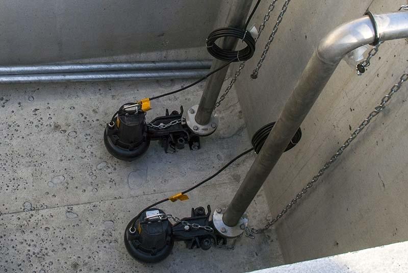 Stazioni di sollevamento - All'interno della vasca viene alloggiata una coppia di elettropompe sommergibili provviste di elettrolivelli di avvio, arresto ed allarme. Le elettropompe saranno controllate da un quadro elettrico.  Le tubazioni di mandata possono essere in PEHD oppure in acciaio inox. In funzione del progetto le elettropompe saranno fornite complete, o meno, di piede di accoppiamento rapido, tubazioni guida per l'estrazione, valvole di non ritorno, saracinesche di regolazione, collettore di mandata.  Ambito di utilizzo:  Sollevamento di scarichi civili e/o industriali,  Sollevamento di acque meteoriche (ad esempio in sottopassi stradali),  Bacini di laminazione.