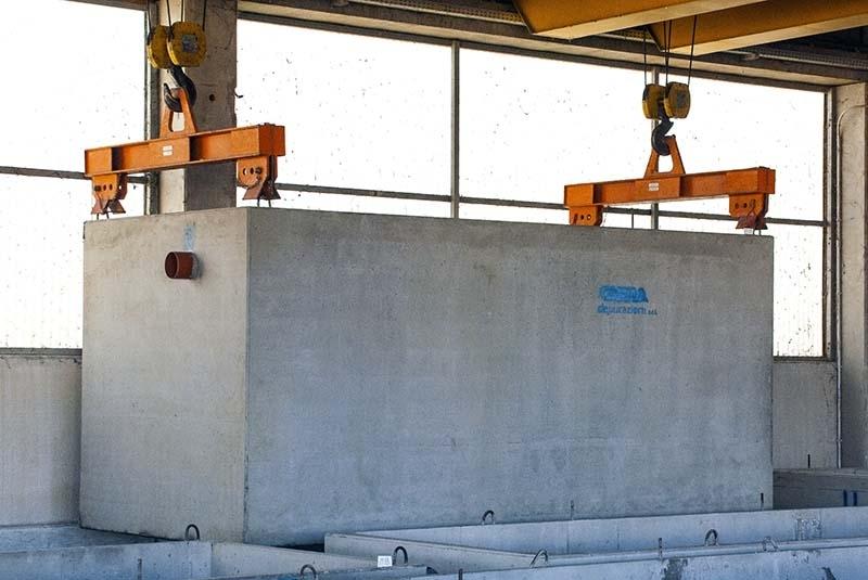Vasche di accumulo - Le vasche di Recupero e di accumulo prefabbricate in cemento consentono di stoccare l'acqua piovana proveniente da tetti, terrazzi, o altre superfici e riutilizzarla per l'irrigazione del verde, orti, colture agricole.  Vasca in calcestruzzo armato vibrato, monoblocco, parallelepipeda, a perfetta tenuta idraulica. Capacità geometrica fino a 62 mc per singolo manufatto. Possibilità di realizzare volumi di accumulo maggiori affiancando tra di loro le vasche e prevedendo appositi collegamenti idraulici in prossimità del fondo.  Possibilità di realizzare, in un unico getto con la vasca, setti divisori interni. Ogni vasca è completa di soletta di copertura carrabile, opportunamente dimensionata in funzione del carico effettivamente applicato.  Ambito di utilizzo:  Accumulo e riutilizzo acque meteoriche,  Riserva idrica ad uso antincendio,  Stoccaggio liquami industriali e zootecnici,  Bacini di laminazione.