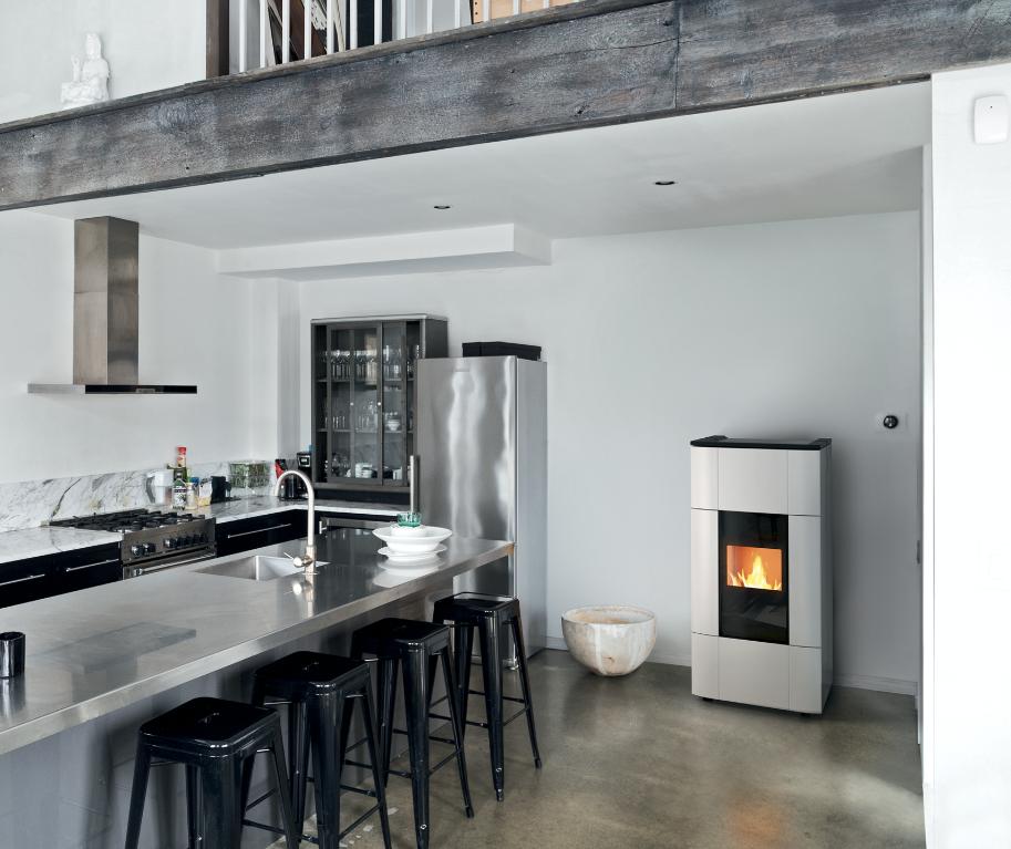 Jazz - Jazz è una termostufa a pellet iper potente, a struttura stagna, pensata per scaldare case di grandi dimensioni, fino a 325 metri quadri. Con i suoi 31 kW di potenza, in pochi minuti più di 15 termosifoni e genera l'acqua calda necessaria anche per l'impianto sanitario.